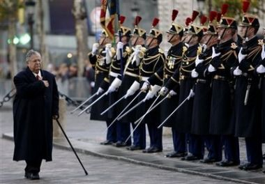 ���� ������������� ����������� ����� jalal_talabani_reviews_french_troops_at_the_tomb_of_the_unknown_soldier_under_the_arc_de_triomphe.jpg